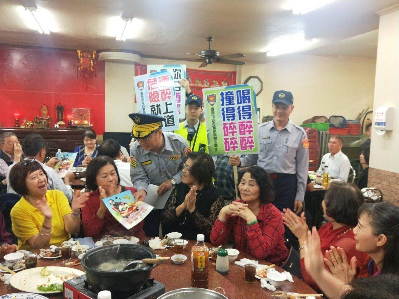 警方晚間在重要路段攔查酒駕並到飲酒餐廳宣導。圖/警方提供