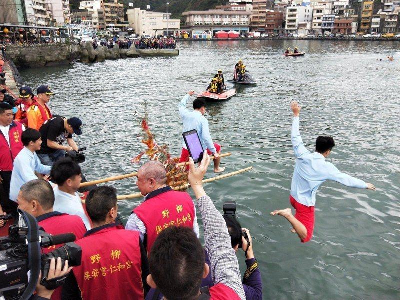 野柳保安宮前廣場登場的神明淨港文化祭,是全台唯一的「水裡來,火裡去」的傳統儀式,每年都吸引很多人圍觀。圖/本報系資料照