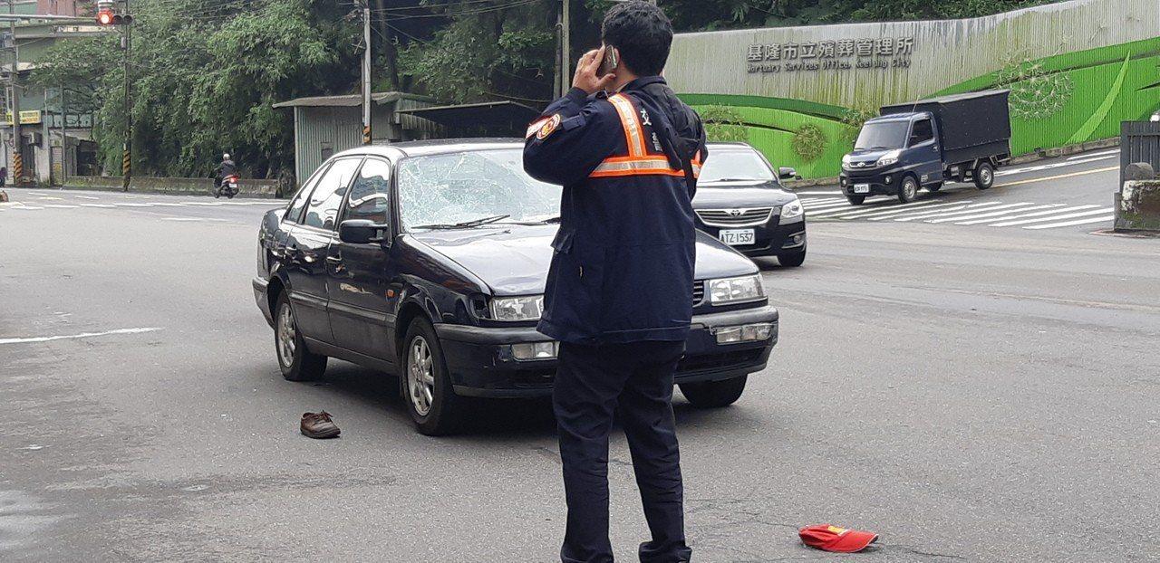 基隆市高齡70餘歲的林姓兄妹今下午穿越南榮路,卻被直行自小客車撞上,送醫搶救仍雙...
