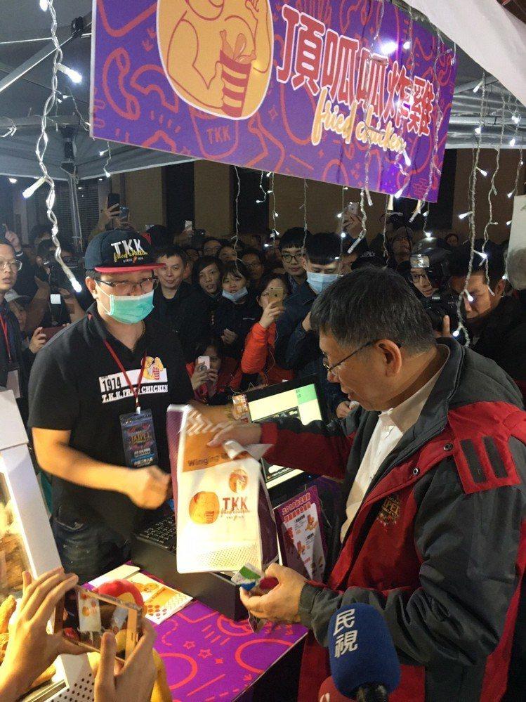 台北市長柯文哲也來買頂呱呱。圖/頂呱呱提供