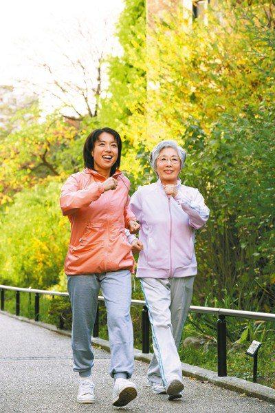 少坐多動,加強肌肉力量,減少跌倒風險。 圖/123RF