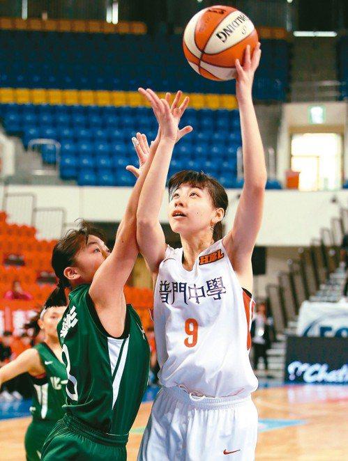 HBL八強賽,普門高中陳芷英(右)繳出17分、13籃板。 記者余承翰/攝影