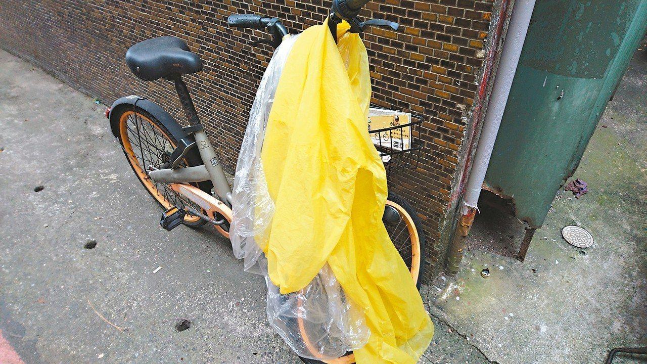 新北市區常見隨處停放oBike,民眾還把拋棄式雨衣堆在車上。 記者祁容玉/攝影