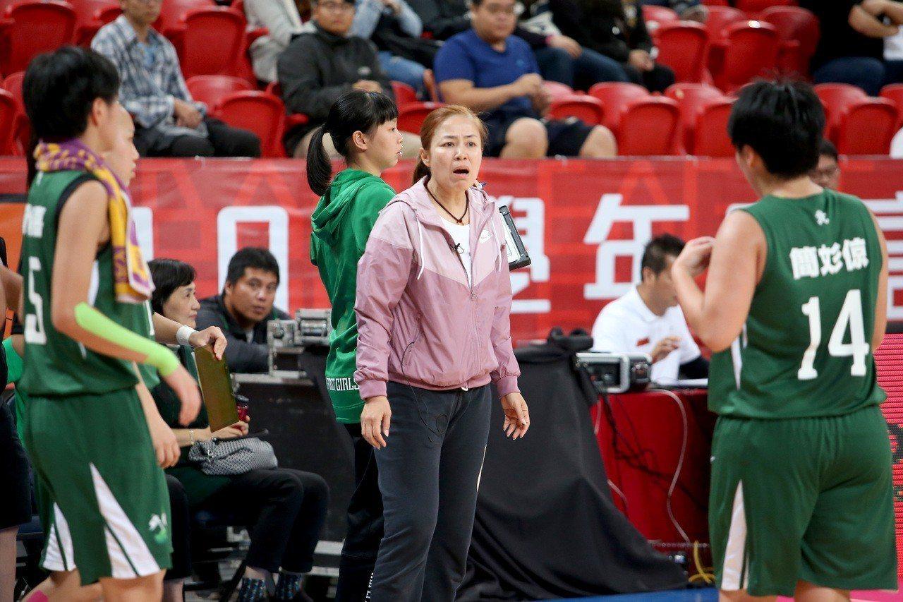 北一女中教練駱燕萍(中)想讓球隊進4強。 記者余承翰/攝影