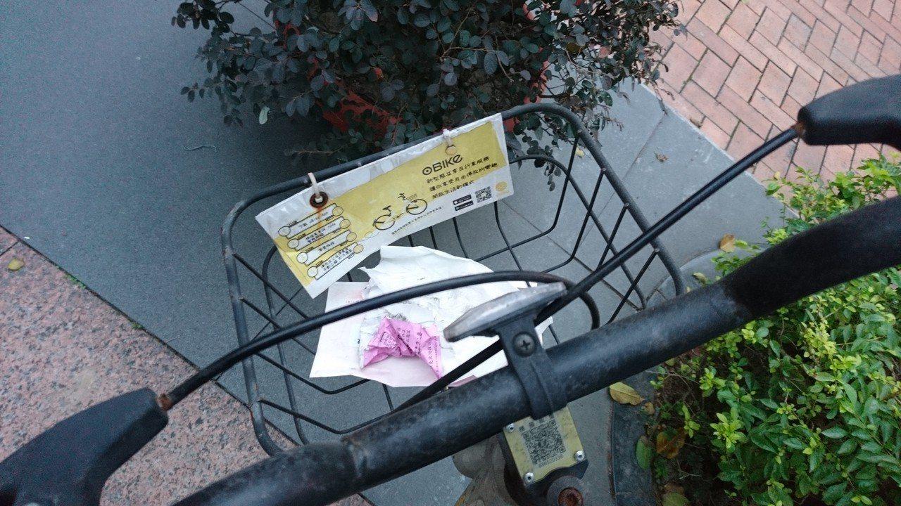 新北市區常見oBike隨處停放無人聞問,置物籃也被丟棄垃圾。記者祁容玉/攝影