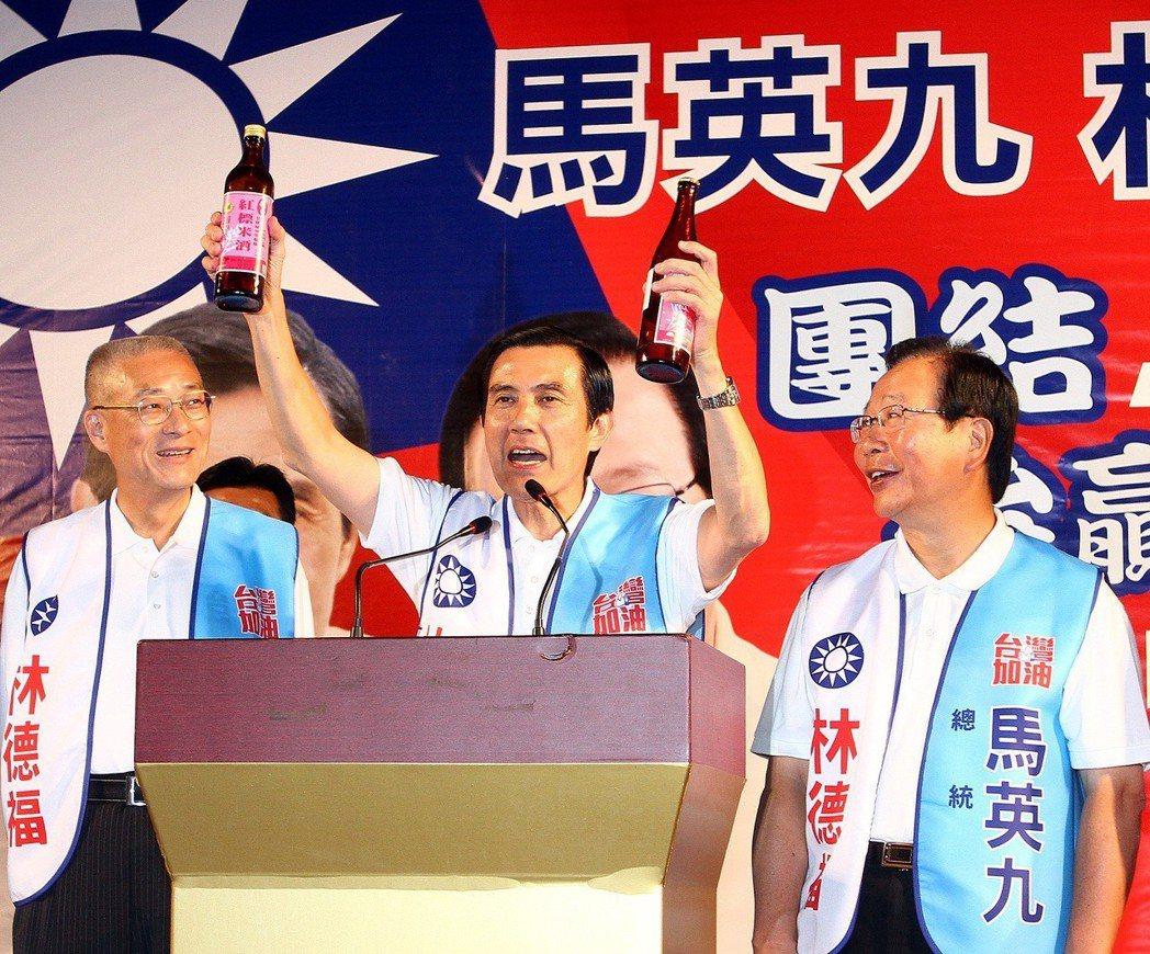 2011年10月,當時的馬英九總統(中)在中和為選舉造勢,強調推動兩岸和平協議公...