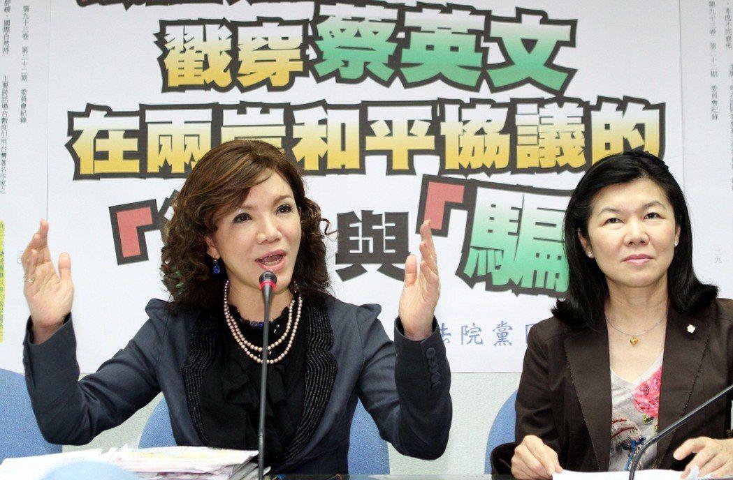 2011年10月,針對蔡英文兩岸議題的談話,當時的國民黨立院黨團書記長趙麗雲(左...