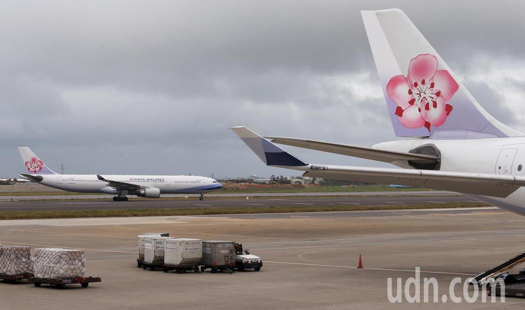 華航機師罷工落幕後,傳已開始評估撙節方案,預計今年下半年起陸續調整獲利不佳航線。...