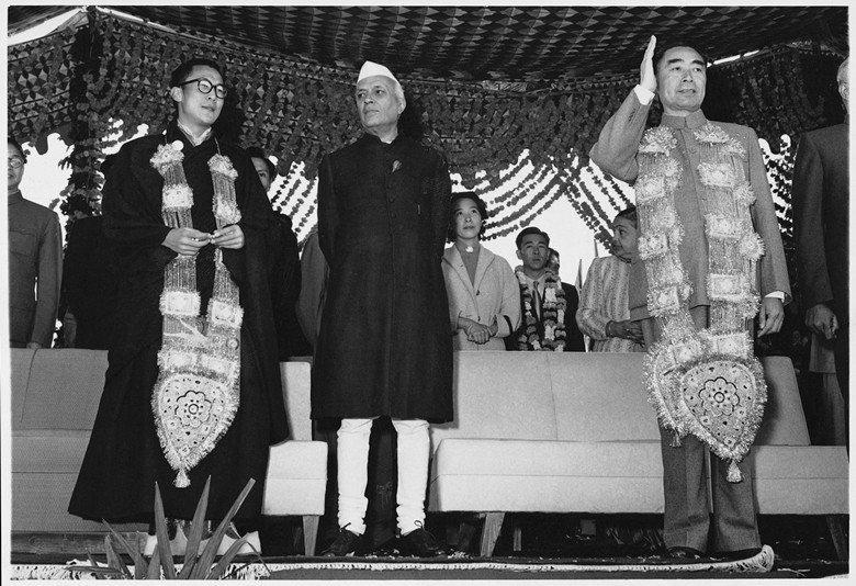 1956年,西藏領袖達賴喇嘛、印度總理尼赫魯與中國總理周恩來於印度新德里。 圖/Homai Vyarawalla攝影,維基共享