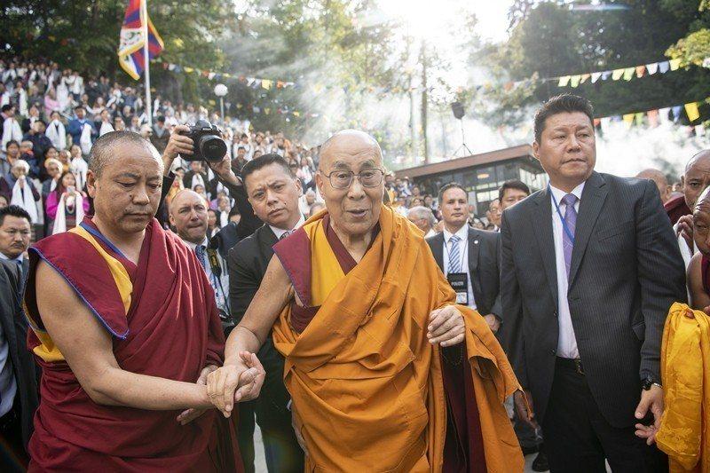 2018年9月21日,西藏精神領袖達賴喇嘛前往瑞士,接受當地西藏人的歡迎。 圖/...