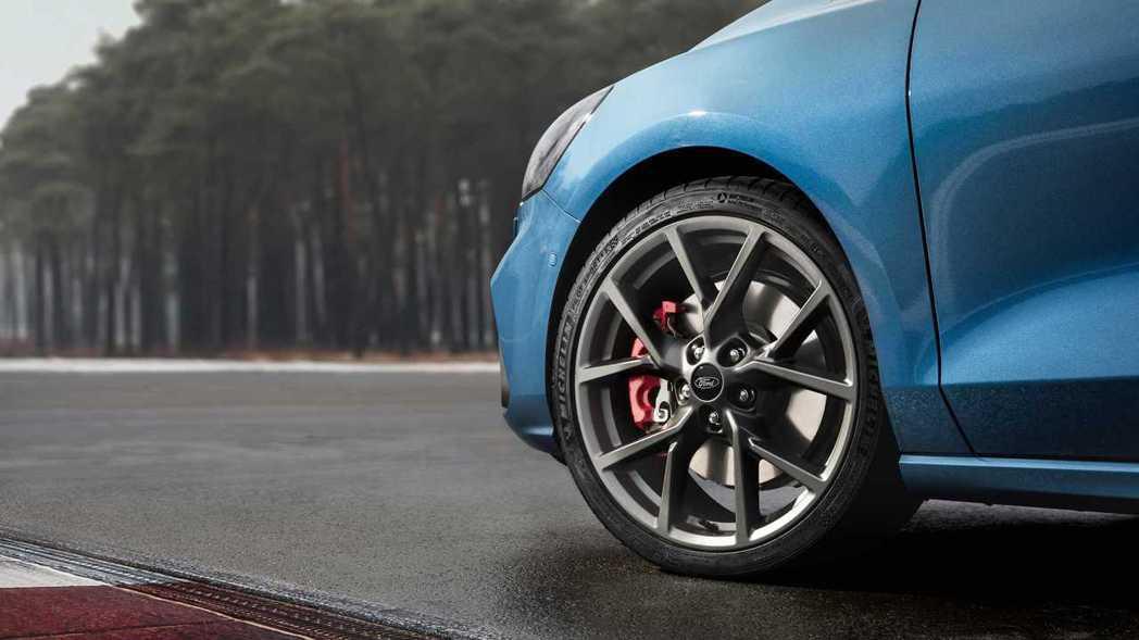 新世代Ford Focus ST前輪加大尺碼的剎車卡鉗。 摘自Ford