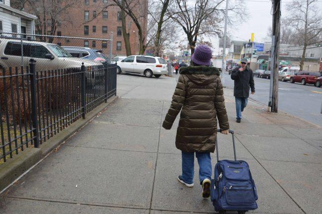 67歲的喬安娜每天拉著箱子去做看護,她說雖辛苦,但也找回自信。紐約記者牟蘭/攝影