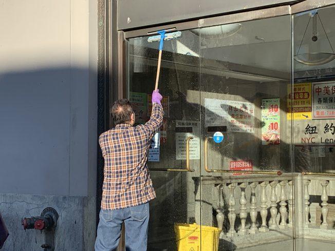紐約法拉盛街頭隨處可見華裔銀髮族辛勤工作的身影。紐約記者賴蕙榆/攝影
