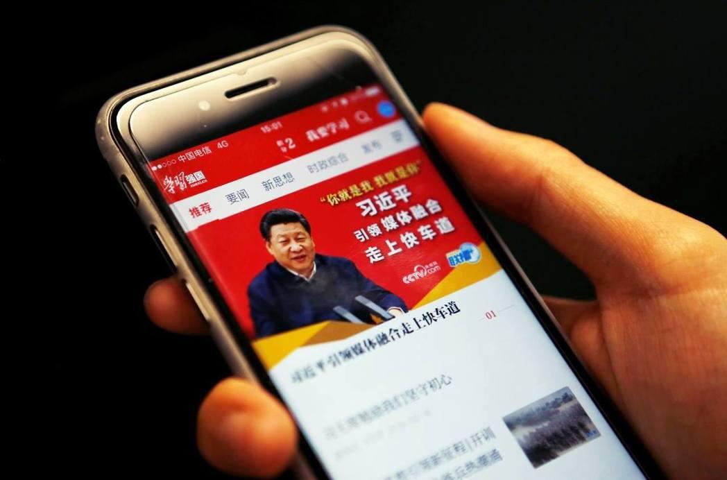 今年元旦,中國官方高調推出「學習強國」App,功能主打無時無刻研讀〈習近平思想〉,成為一套個人化的學習系統。 圖/路透社