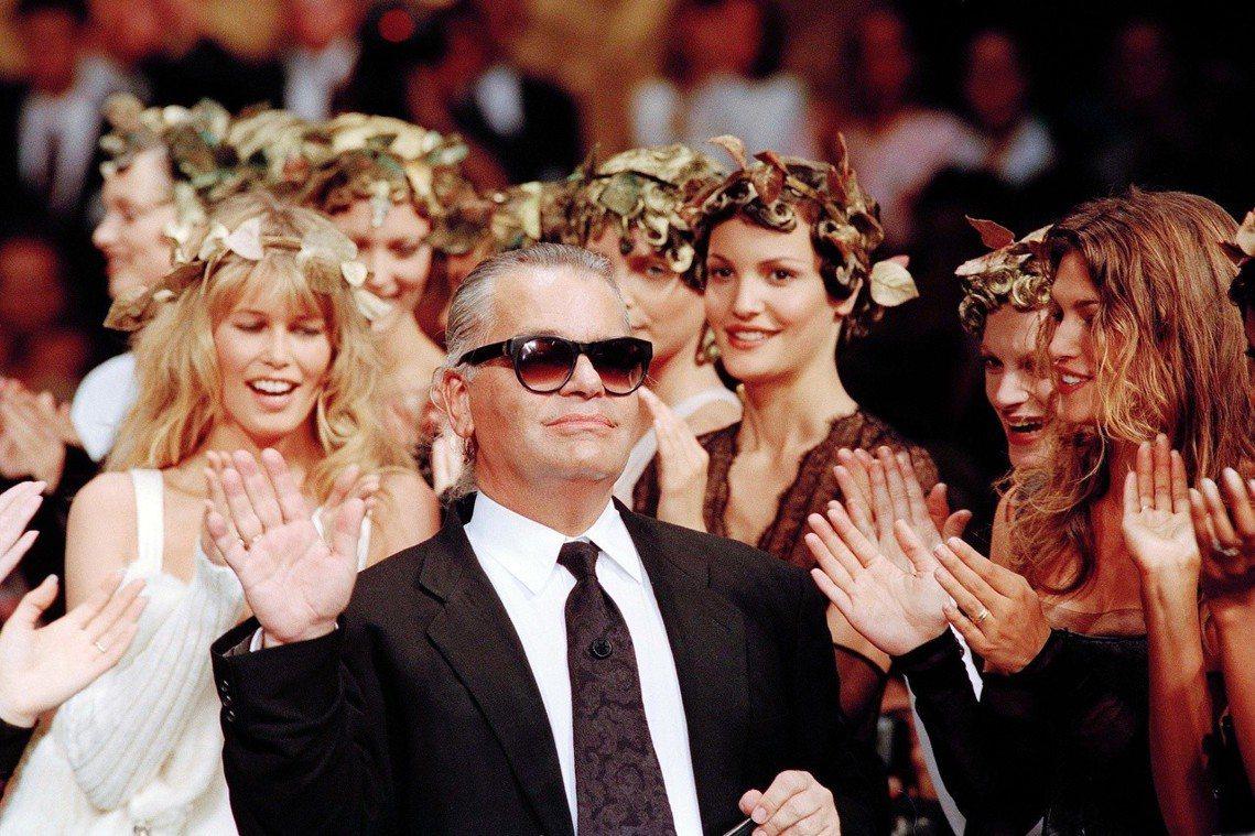 圖為1993年,Chanel秋冬裝發表會上的老佛爺。在他的手下,這家法國精品找回...