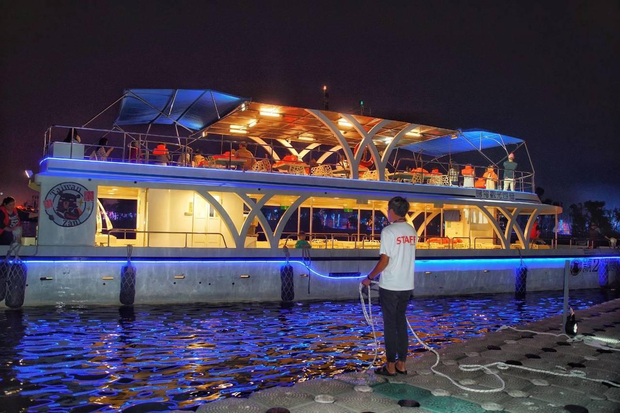 大鵬灣國際開發股份有限公司與遊艇業者合作,推出海上賞燈行程,號稱逛燈會免鐵腿。圖...