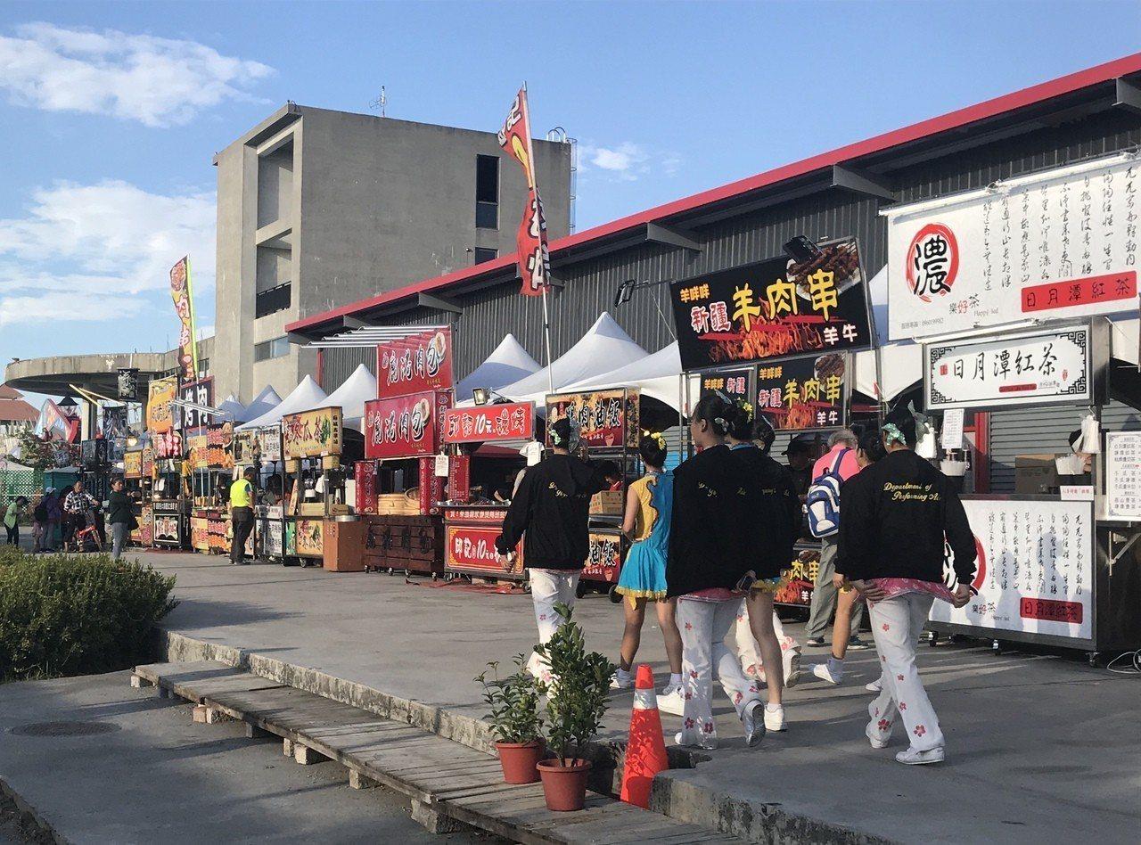 350家攤商進駐大鵬灣主燈區,準備大搶燈會觀光財。記者江國豪/攝影
