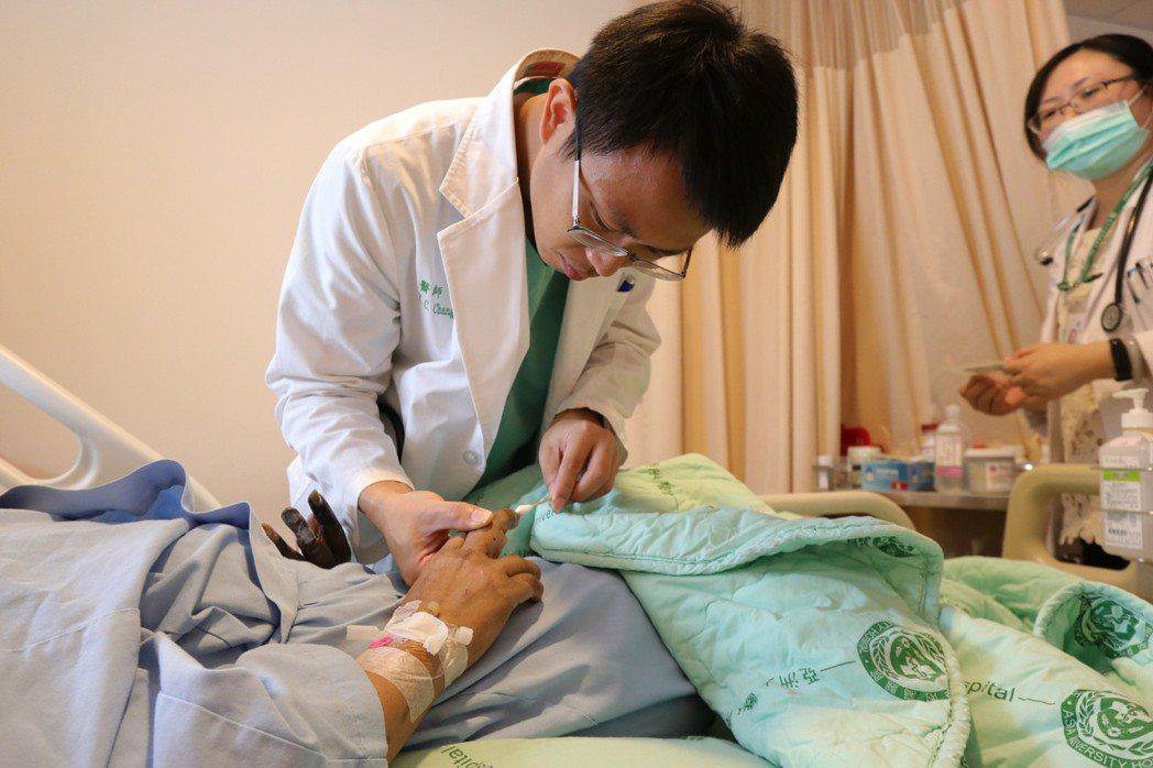 亞洲大學附屬醫院心臟檢查室主任張育晟指出,三高、抽菸或心血管疾病的民眾,應留意四...