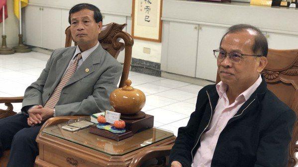 嘉中校長劉永堂(左)說,嘉中校風一向自由民主,會給老師充裕的自主性,張老師命題出...