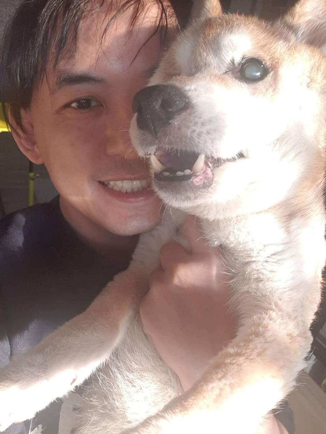 黃子佼與愛犬元氣。圖/摘自臉書