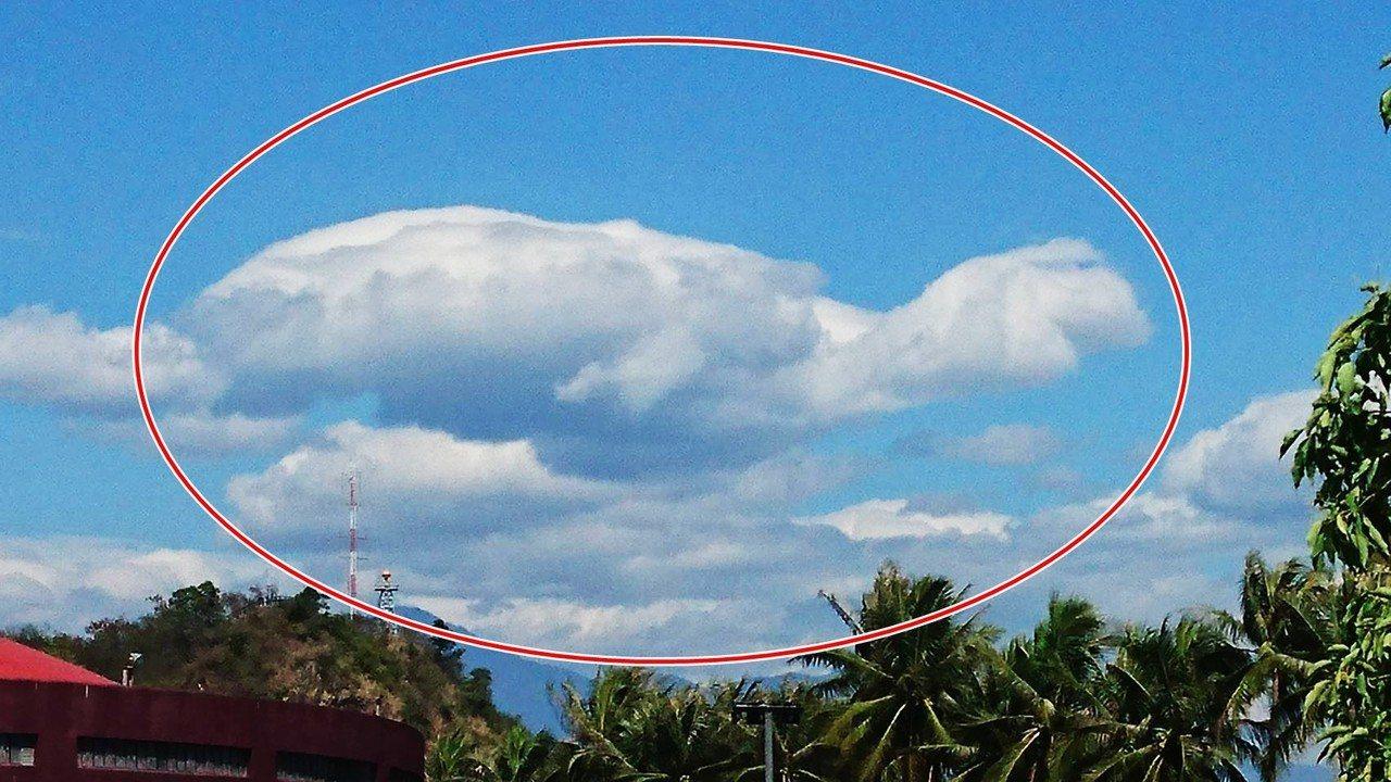 今天元宵節,上午台東與高雄交界的天際喜見一朵雲彩形似大海龜悠游在天際,看到民眾都...