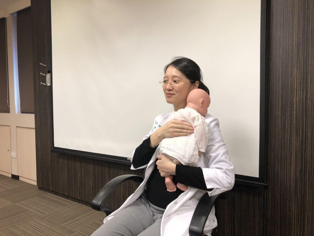 戴季珊醫師表示,少量多餐、頻繁拍嗝、餵奶完保持直立的姿勢,都可改善寶寶吐奶。圖/...