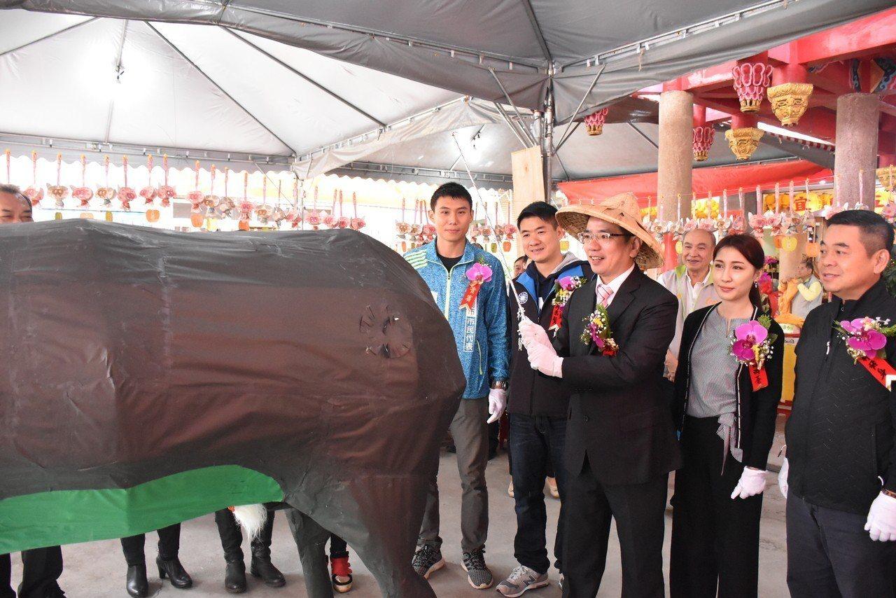 由宜蘭市長江聰淵藉由「鞭春牛」活動,提醒民眾該回到崗位上工作,不要再休息,也預祝...