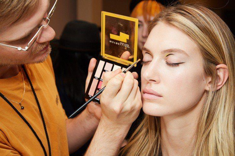 連續多年贊助紐約時裝周後台彩妝的媚比琳,今年以鮮榨果汁BAR眼彩盤打造超模Loo...