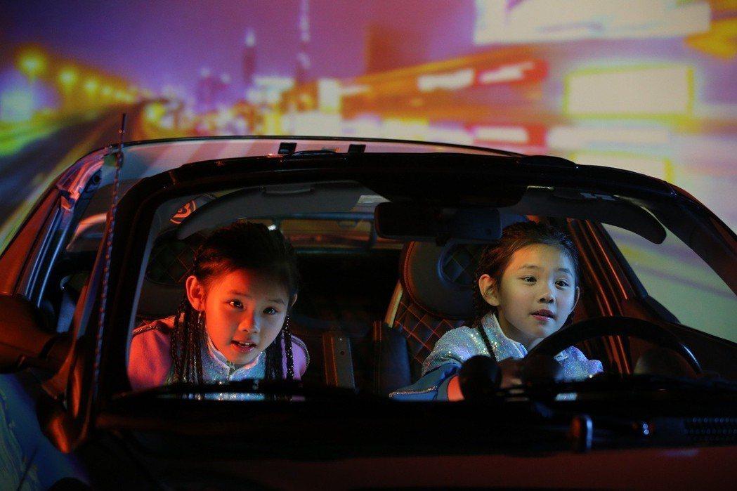 左左右右體驗虛擬開車。圖/大鵬經紀提供