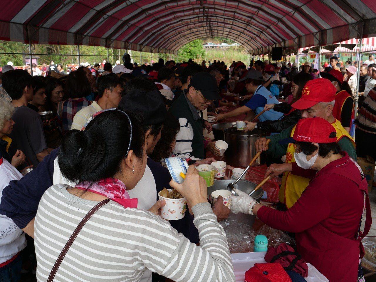 寶山鄉「打中午」文化祭除了各家戶端出拿手菜,今年也加入健康挑擔,遶境、隨香人員和...