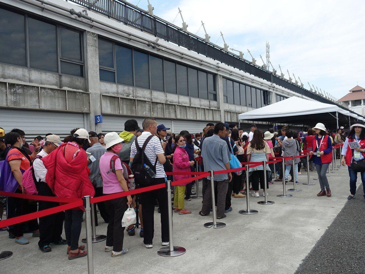 台灣燈會「屏安豬」小提燈今天下午3時開始發放,吸引民眾大排長龍。記者翁禎霞/攝影