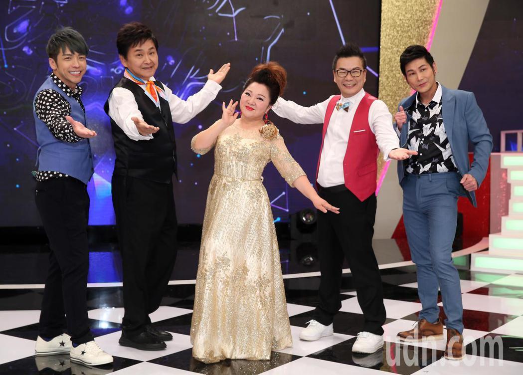 白冰冰(中)新節目《我愛冰冰秀》搭檔沈玉琳(右二)、賀一航(左二)。記者曾吉松/...