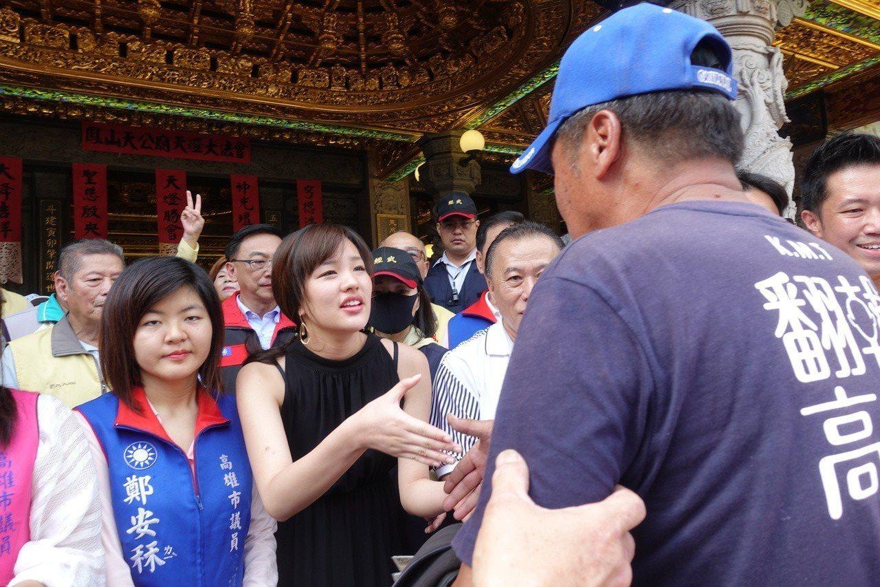 民眾開心跟韓冰握手。記者劉星君/攝影