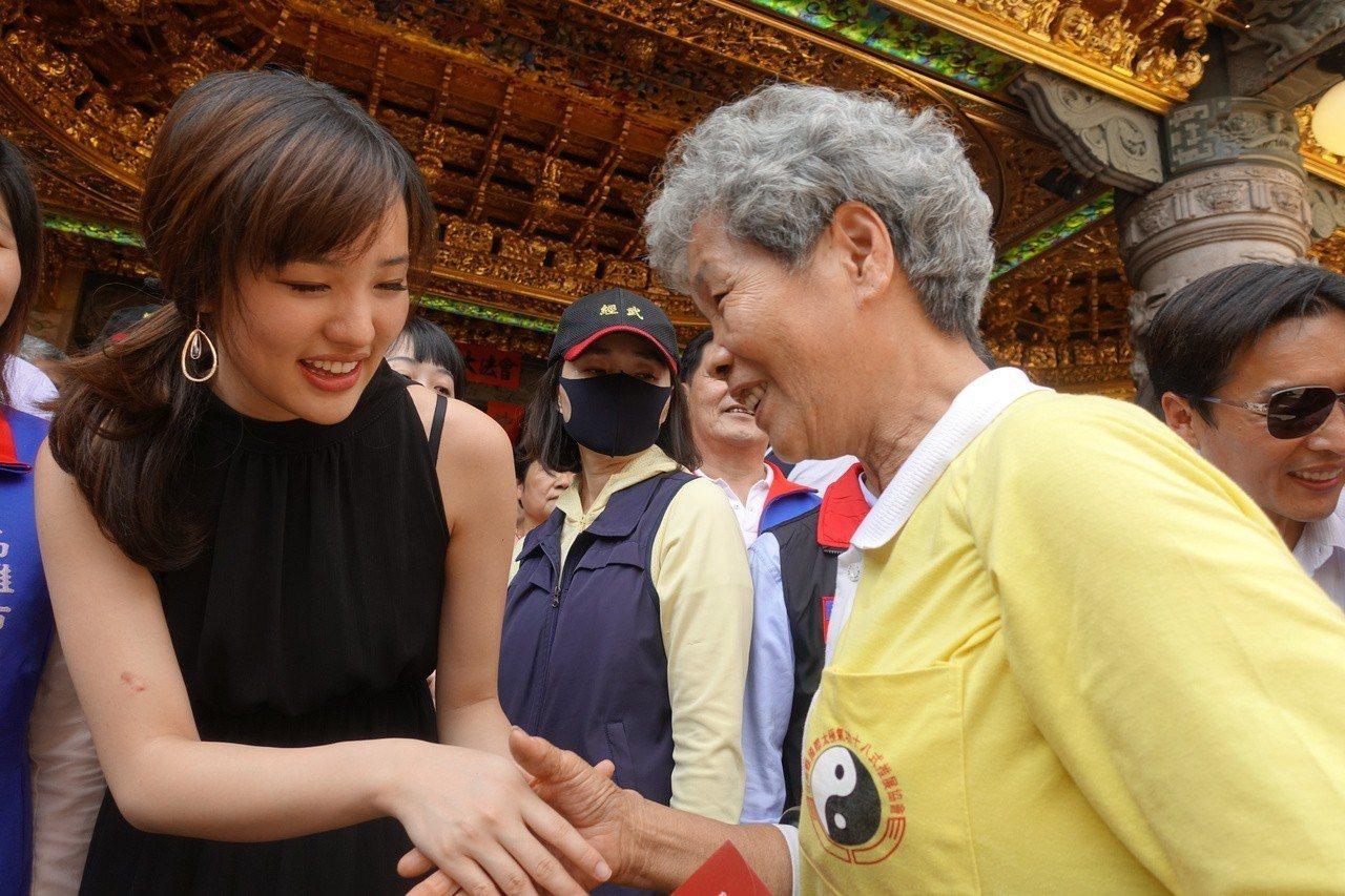 韓冰跟民眾互動。記者劉星君/攝影