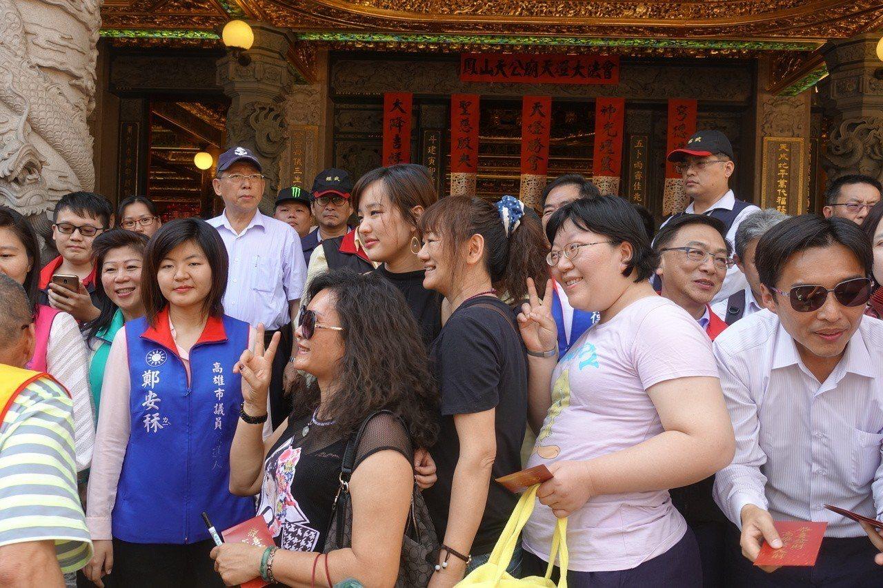 民眾爭相跟韓冰拍照,民政局長曹桓榮(右)在一旁發紅包。記者劉星君/攝影
