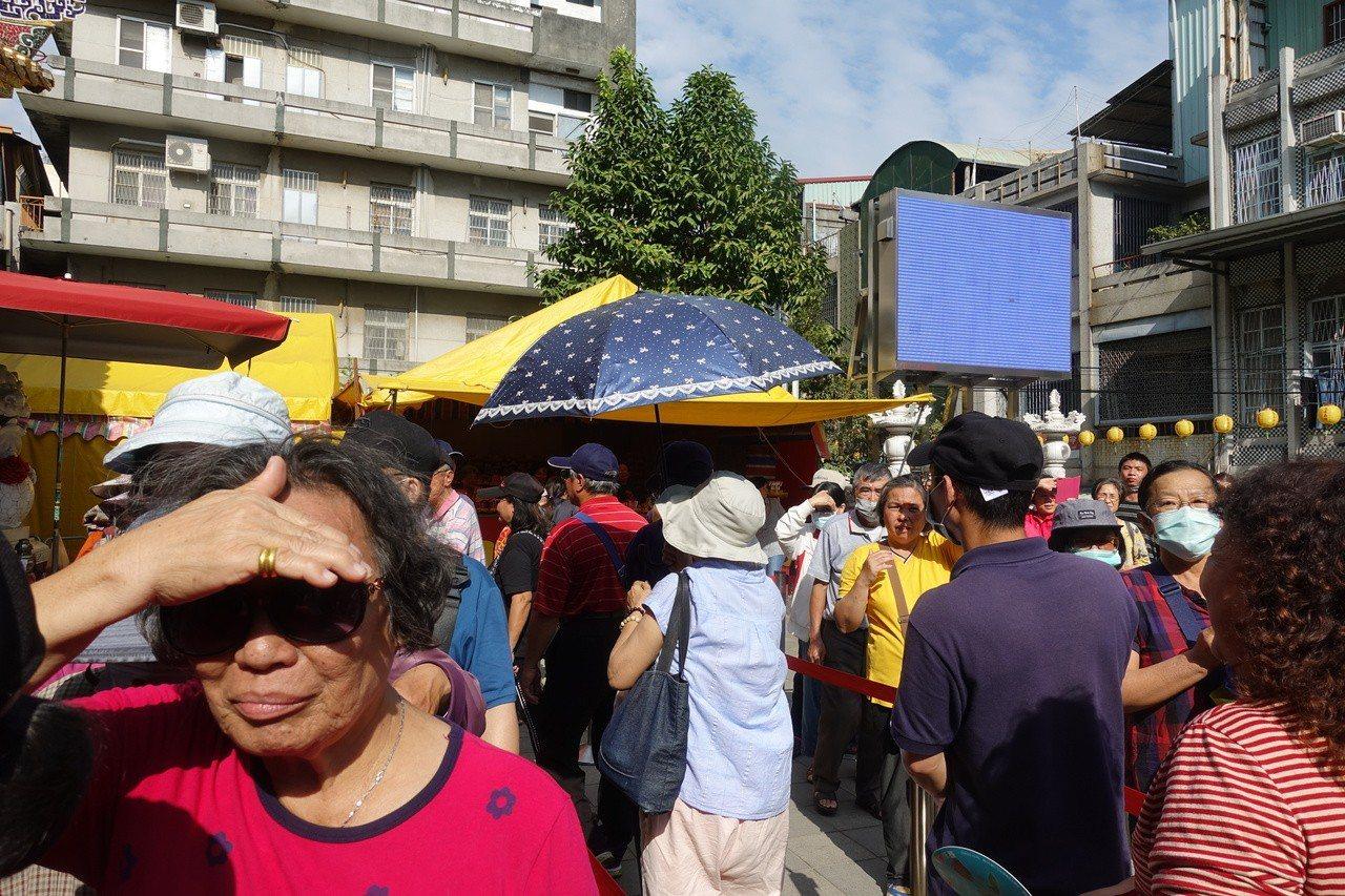 現場民眾大排長龍,等著排隊領紅包。記者劉星君/攝影