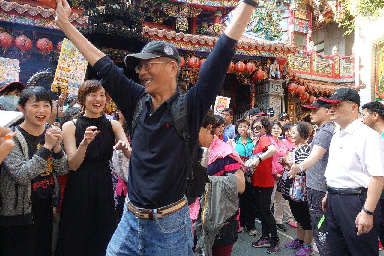 民眾領到紅包後,跟韓冰握到手後,開心歡呼。記者劉星君/攝影