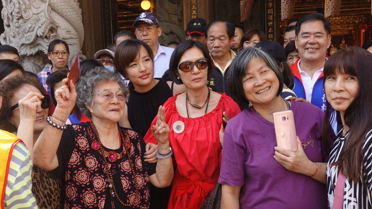 民眾跟韓冰合照。記者劉星君/攝影