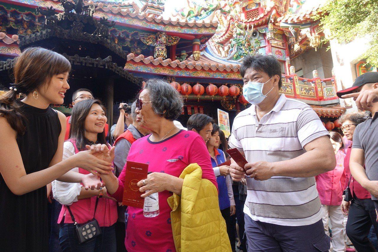 韓冰(右)跟民眾互動。記者劉星君/攝影