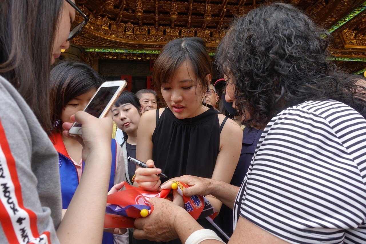 有民眾請韓冰(中)簽名。記者劉星君/攝影