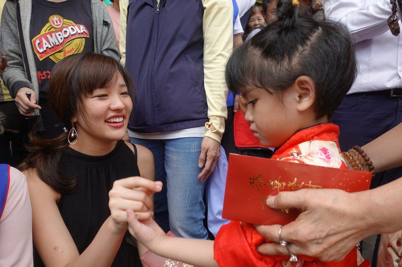 韓冰(左)看到小朋友時,都會主動蹲下,親切的跟小朋友互動打招呼。記者劉星君/攝影