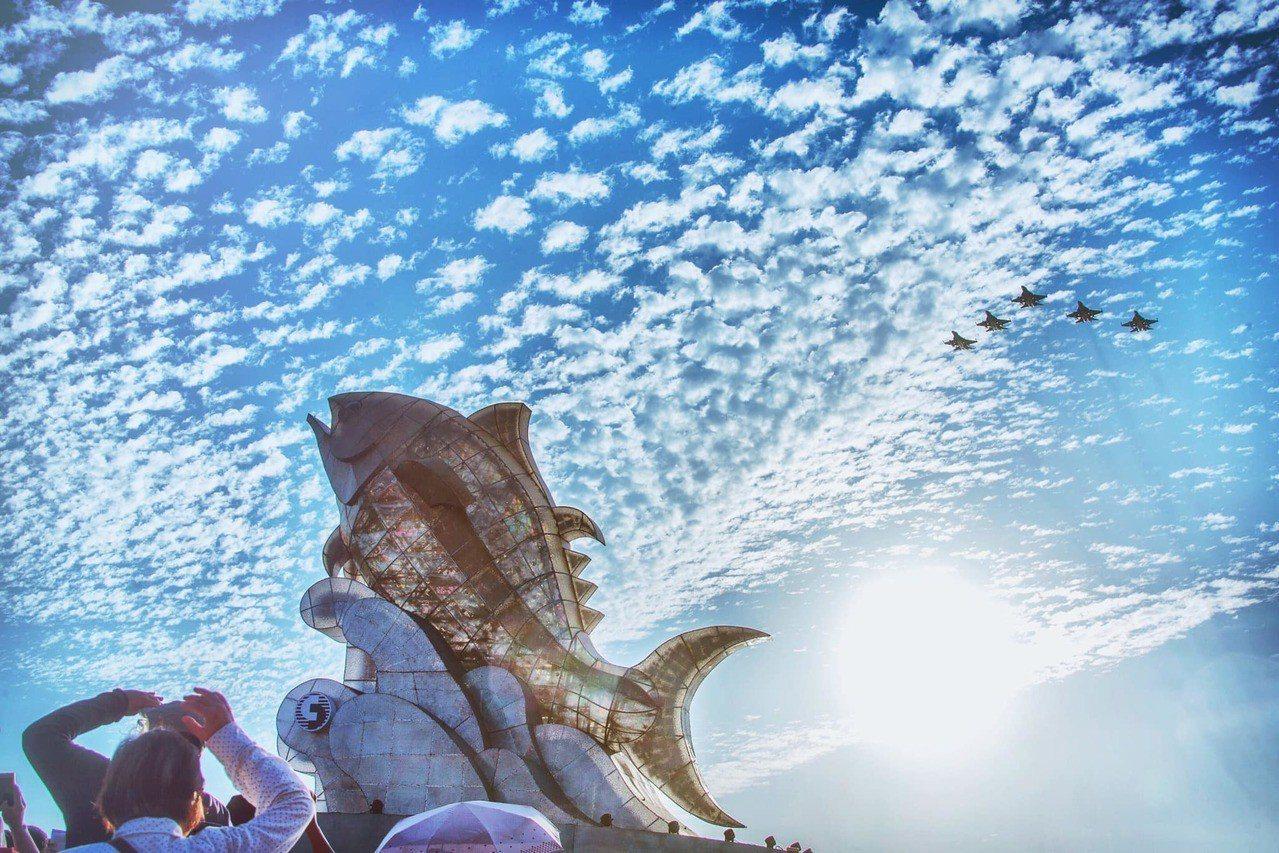 台灣燈會今日在屏東大鵬灣盛大開幕,國防部發言人臉書粉絲專頁貼文表示,空軍第一聯隊...
