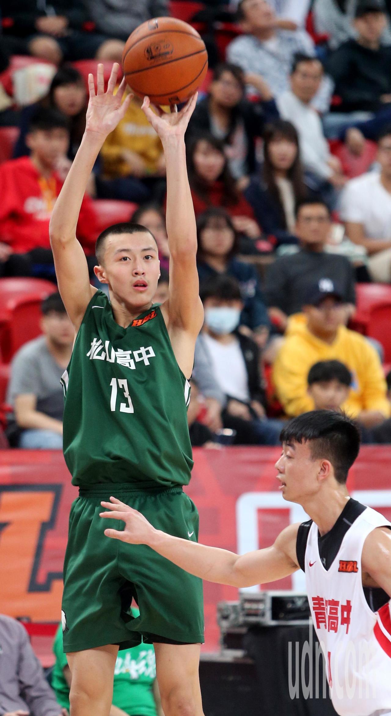 松山高中尹麒綸拿下14分,並搶下13籃板,演出雙十。記者侯永全/攝影