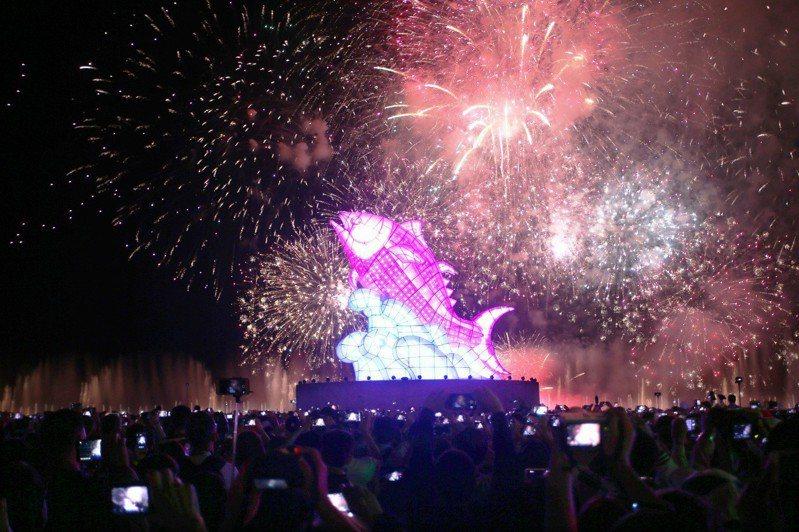 主燈「巨鮪來富」搭配水幕燈光秀及煙火秀,讓民眾邊看邊喊美。記者劉學聖/攝影