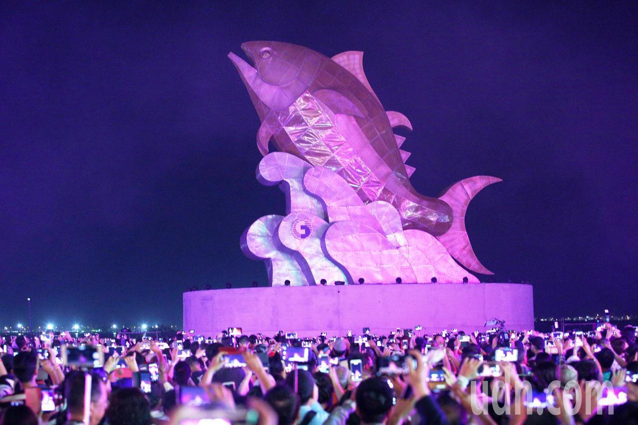 台灣燈會在屏東今天今晚正式開幕,炫麗奪目煙火秀,搭配主燈「巨鮪來富」十分壯觀。記...