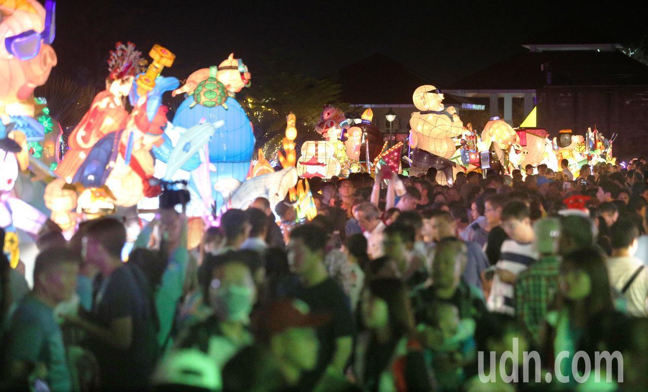 台灣燈會今晚在屏東大鵬灣登場,吸引滿滿群眾前來參觀。記者劉學聖/攝影