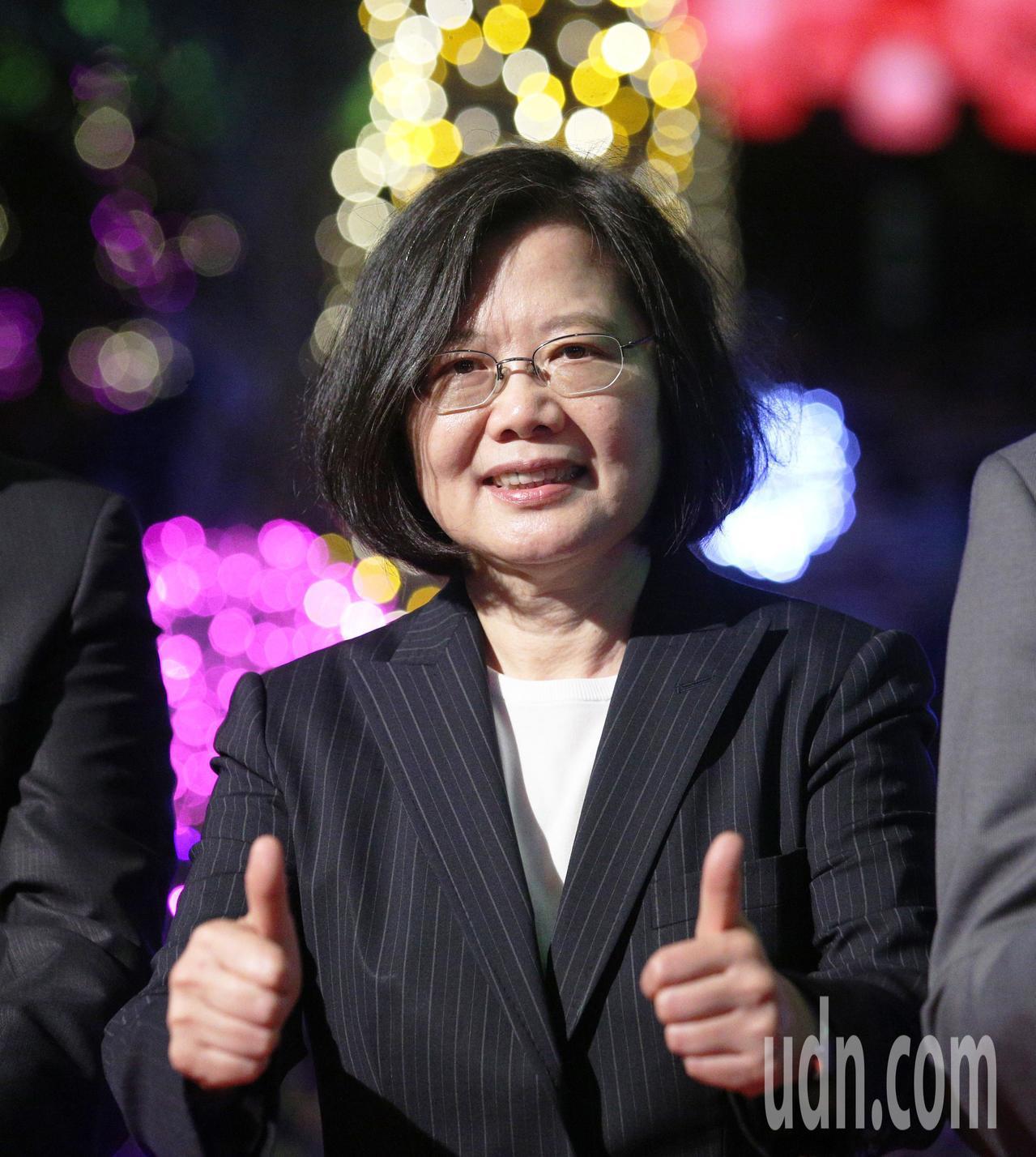 蔡英文總統今晚親自南下點燈,並親自寫下祈福卡祝福台灣風調雨順。記者劉學聖/攝影