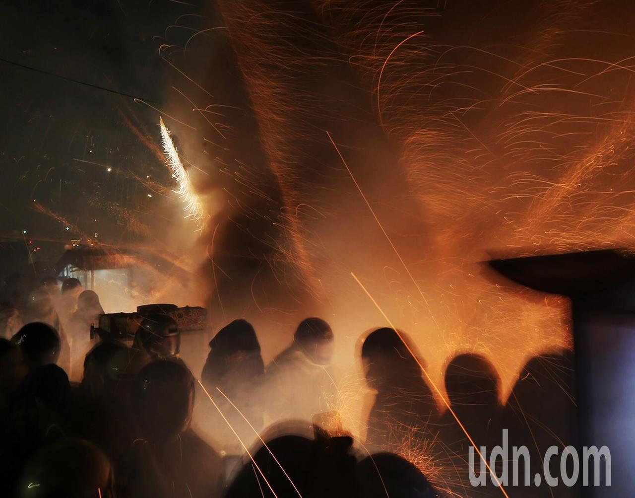 鹽水蜂炮晚上開炸,民眾穿梭其中,享受蜂炮震撼的威力與美感。記者許正宏/攝影