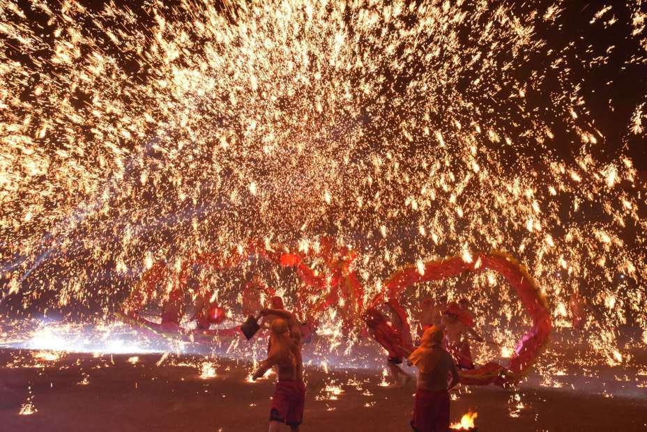 在現場3萬多名民眾的驚叫聲和熱情掌聲下,彰化縣「2019花在彰化」系列活動今晚9時在重慶銅梁火龍的精彩表演後謝幕。記者何烱榮/攝影