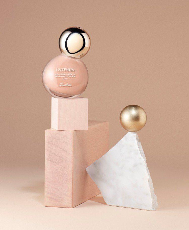 嬌蘭「亮顏裸光純粹粉底液」瓶身設計,根本就是精品級,補妝時拿出來,絕對讓姊妹們驚...